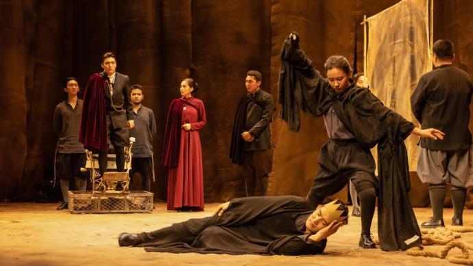 """上戏第一个西藏表演本科班,毕业大戏《哈姆雷特》""""火""""了"""