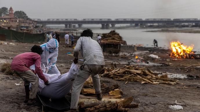 印度疫记|政府要求各地阻止弃尸恒河,有民众抹牛粪防新冠