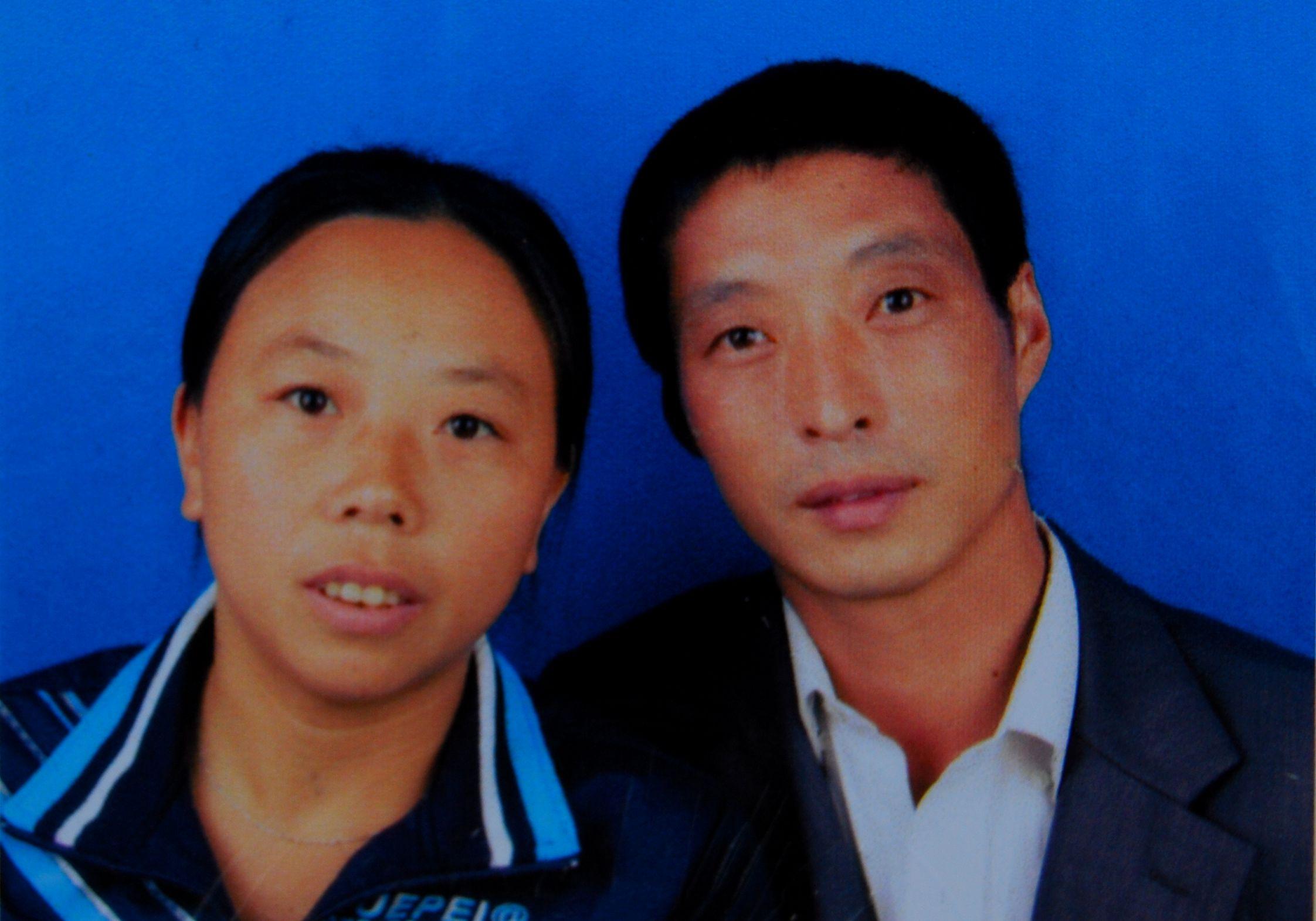 2009年,张建军和母贤碧组建新家庭时的结婚证照片受访者供图
