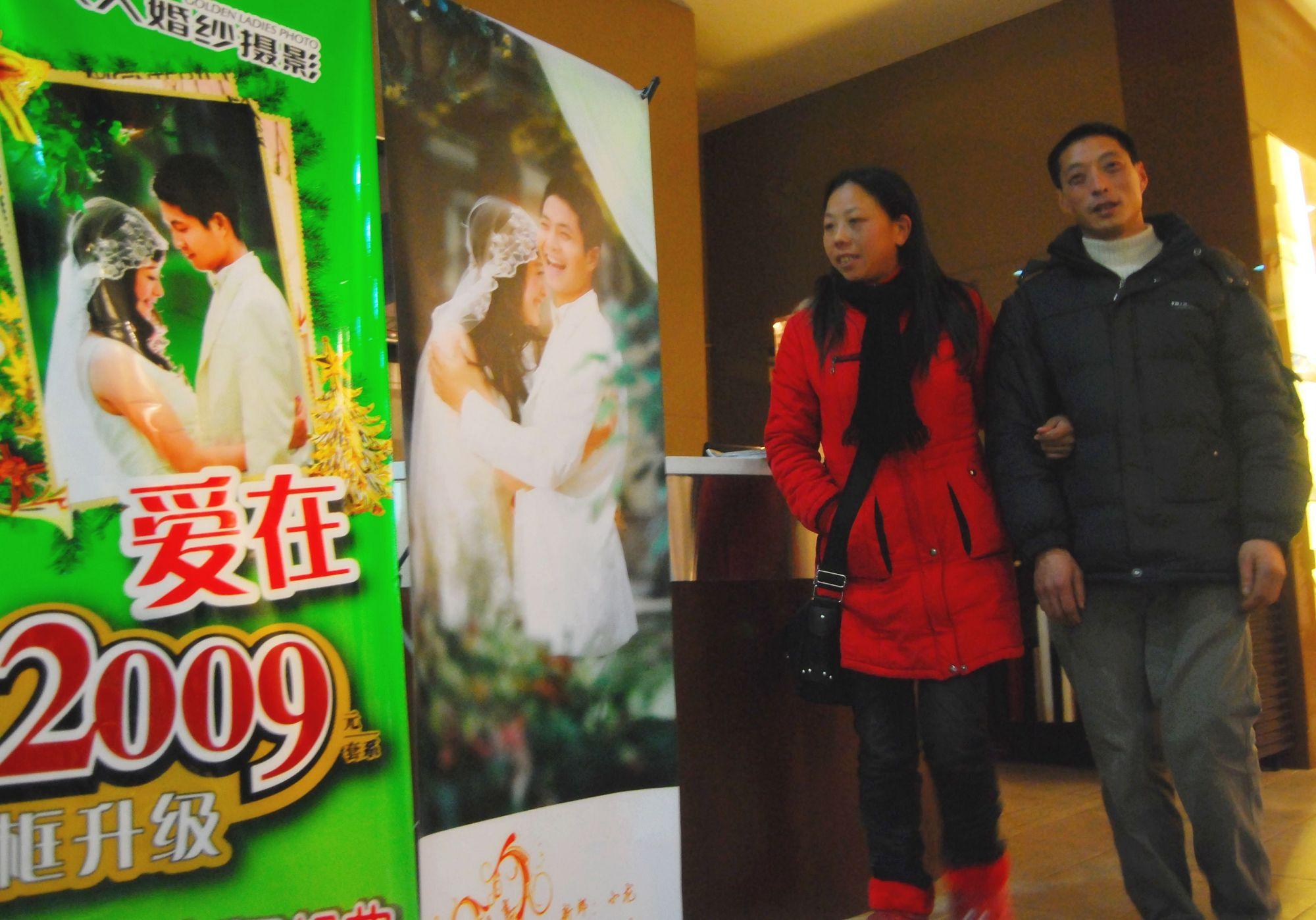 2009年,在一家机构的赞助下张建军和母贤碧走进一家婚纱影楼准备补拍婚纱照。澎湃新闻记者 胥辉 图