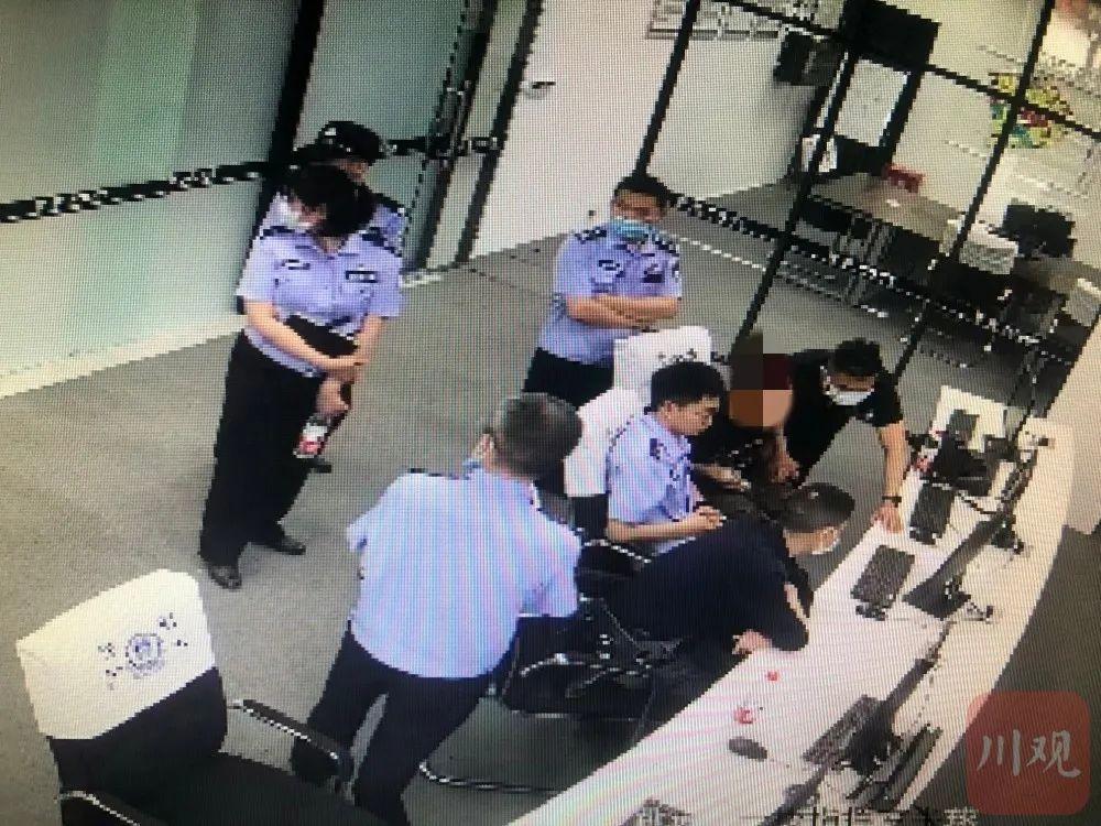 小林父亲、亲友及律师一行3人到公安机关查看监控视频。