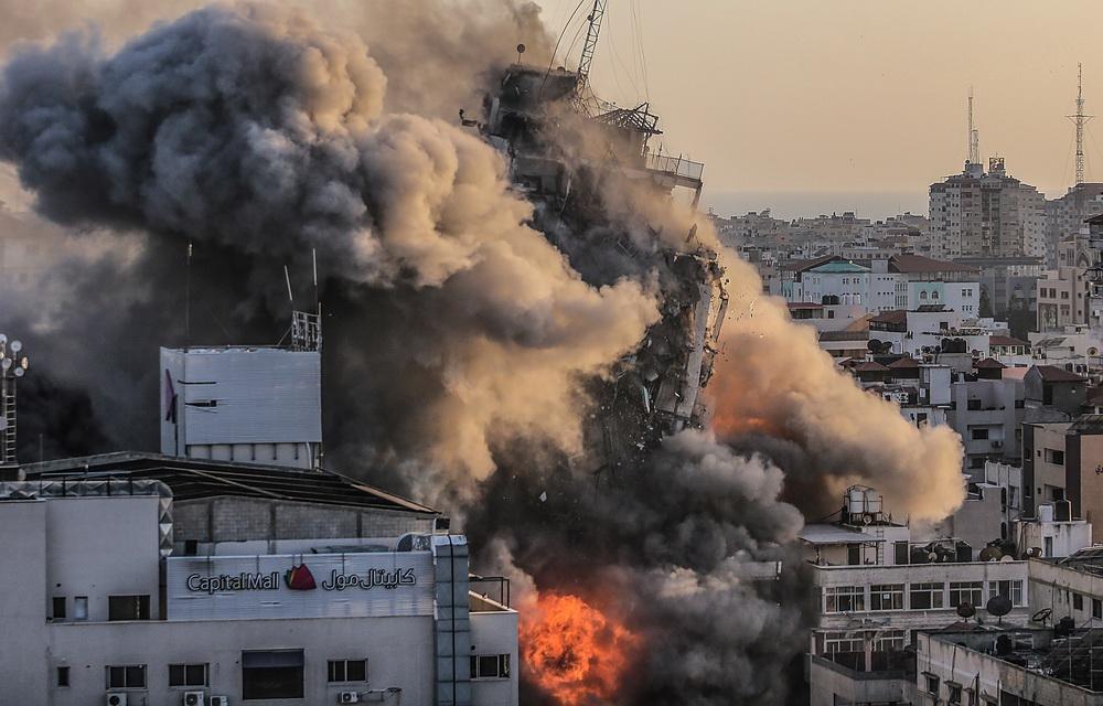 当地时间2021年5月12日,加沙地带,当地遭以色列空袭,现场浓烟滚滚。