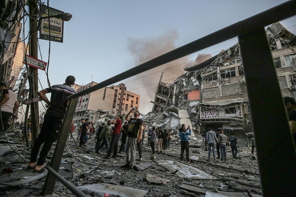 当地时间2021年5月12日,加沙地带,当地遭以色列空袭,巴勒斯坦人查看在空袭中受损的建筑。