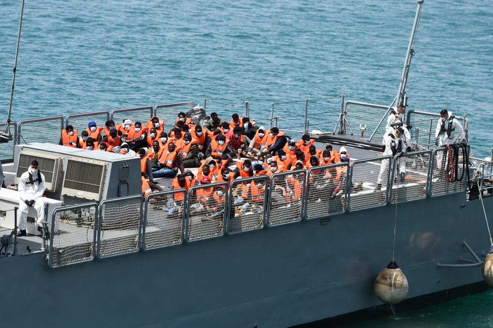 当地时间2021年5月11日,被马耳他执法人员救出的非法移民抵达马耳他森格莱阿。据报道,约70名非法移民发出求救信号后,马耳他执法人员10日晚在南部海域展开搜寻,并于11日将他们带上岸。这些非法移民接受新冠病毒核酸检测后,被送往一个居留中心进行隔离。