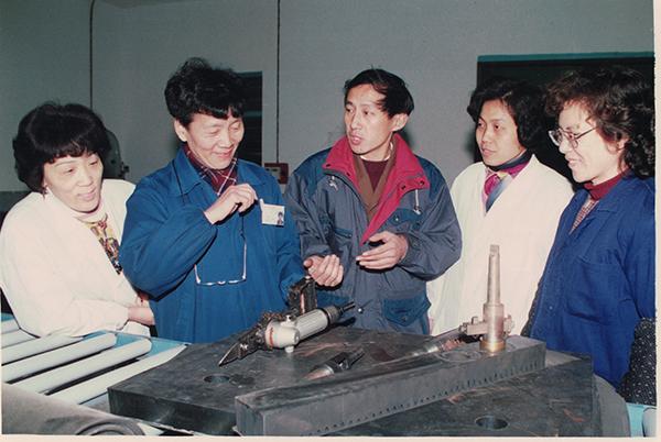 林华卿(左二)参与某项目攻关。受访者供图