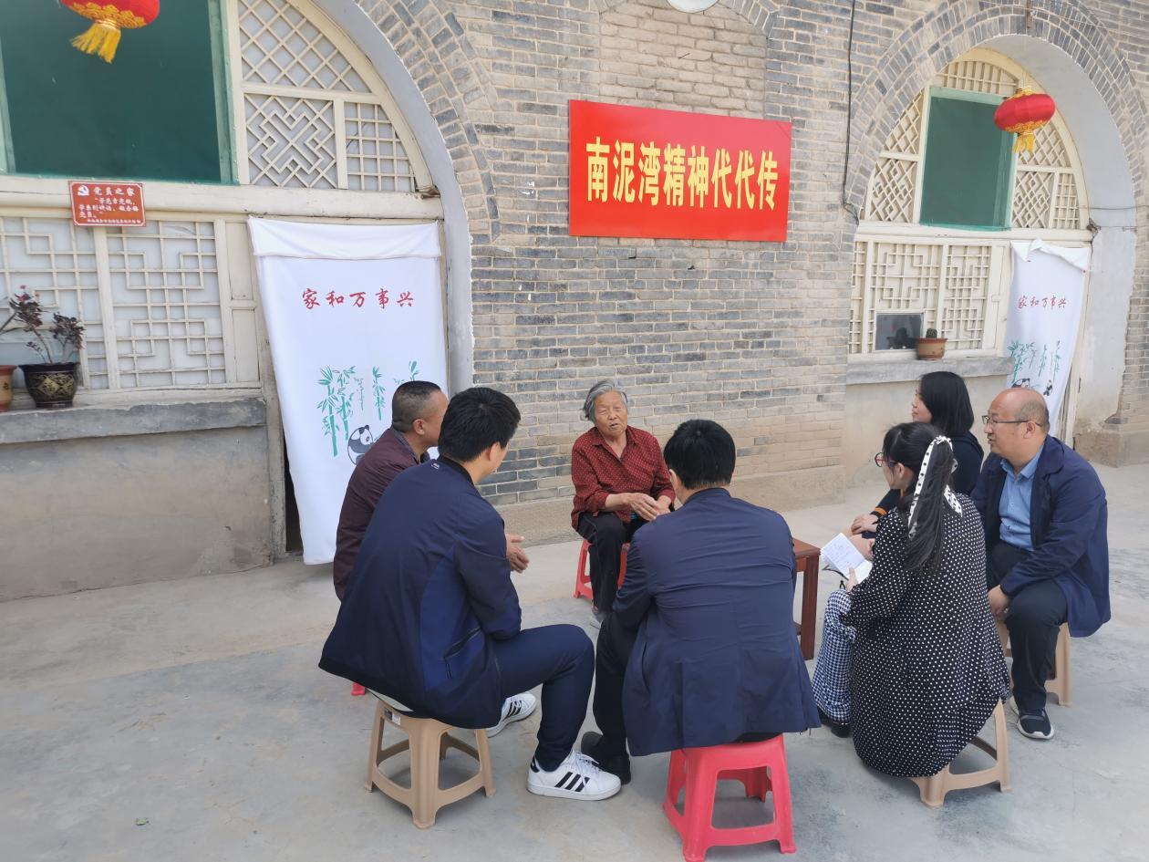 侯秀珍正在向来访者讲述过去的故事。 本文图片 澎湃新闻记者 张家然