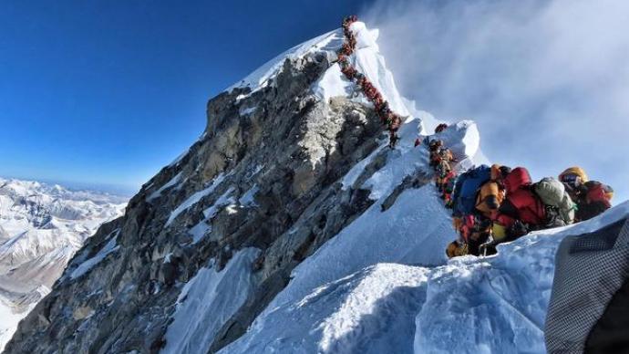 外媒:两名外国登山者在珠峰死亡,下山途中出现力竭