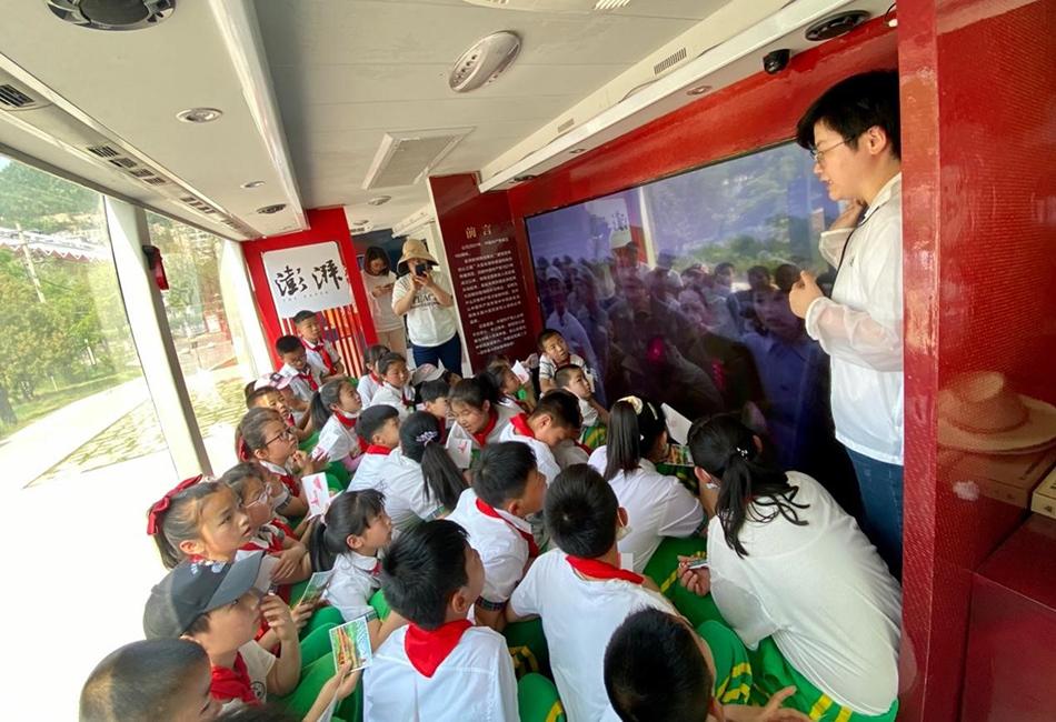 澎湃新闻党员志愿者正在给学生们讲解中国共产党的奋斗史。 澎湃新闻记者 刁凡超 摄
