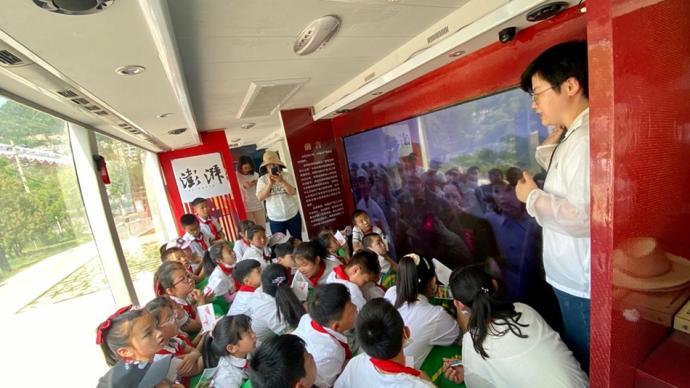 巡展现场|延安两百余名小学生参观大巴车,红色记忆植入少年