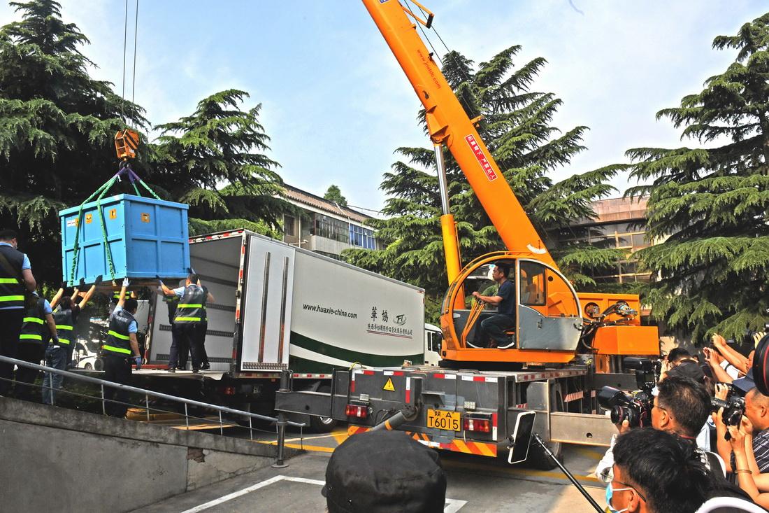 为帮助二号车搬家,现场用了两辆专门运送珍贵文物的特别厢式冷藏车,以及一辆吊车协助。