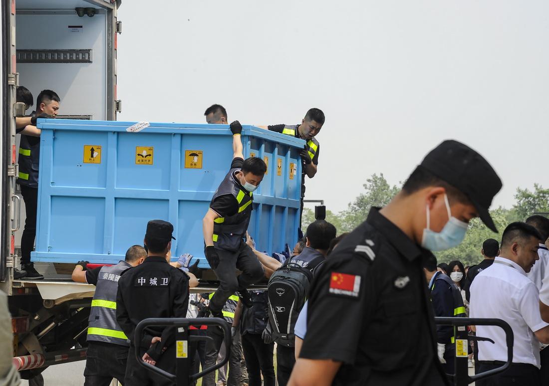 5月12日9时50分,车队抵达铜车马博物馆,两辆冷藏车上的大箱子被小心翼翼地卸下。