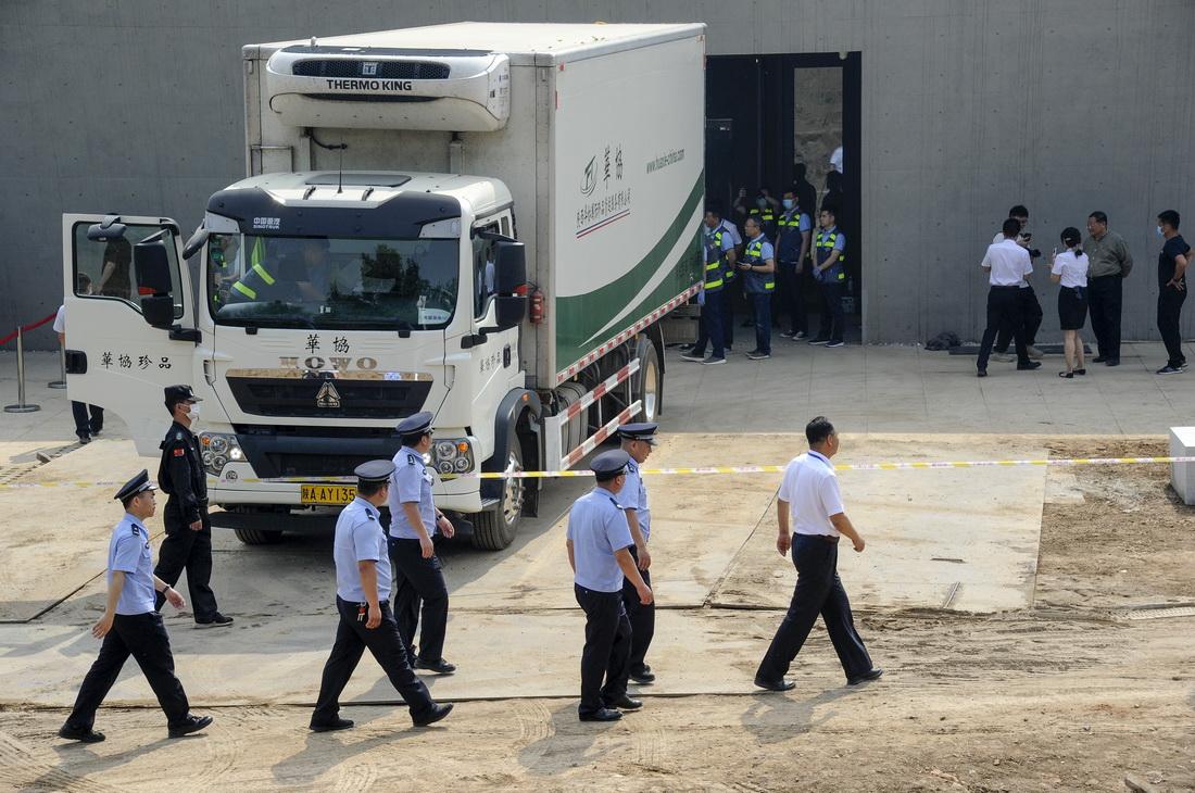 运输车安全抵达新家。从原展馆到新馆的沿途各个路口,都部署有安保人员。