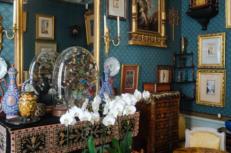 居室内摆放了具有东方韵味的藏品。
