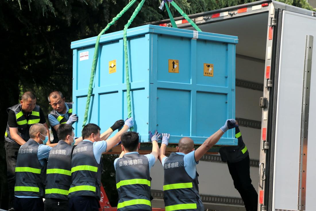 100多个件组一共装了7大箱,最大的箱子有2.5米×2.2米×1.3米,装车用时1小时。
