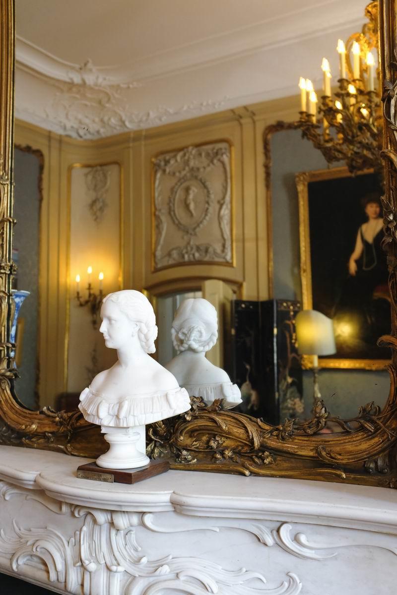 房间里有18世纪的细木镶嵌的五斗柜,墙上饰有洛可可风格的纸灰粉饰。