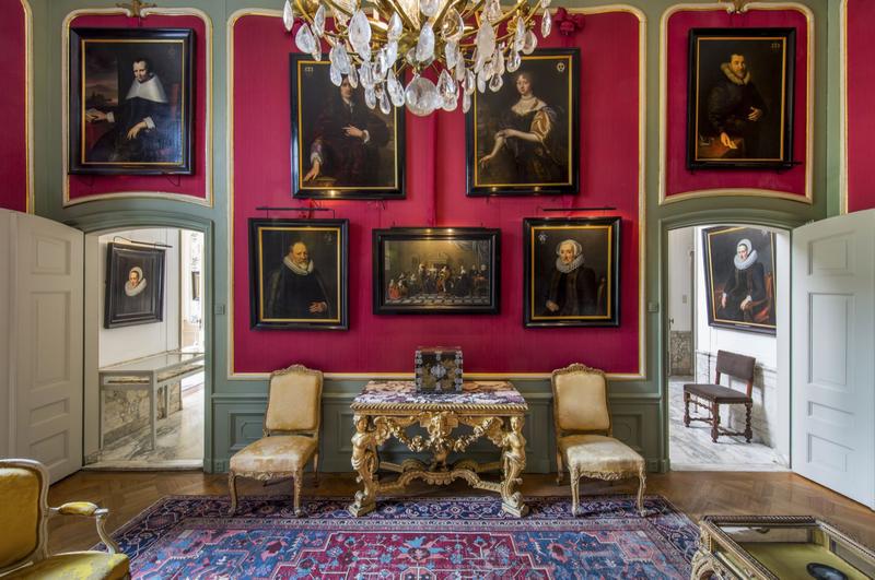 这间会客厅的墙上挂有家族成员的画像,展现着贵族里的精英人物。