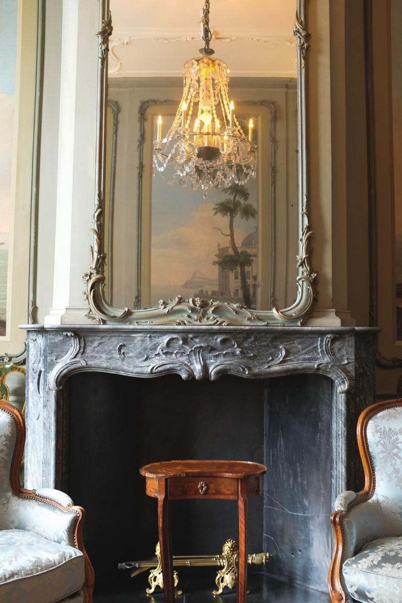 房间内的大部分家具是洛可可时期的,沙发椅布面现在是被更换过的。