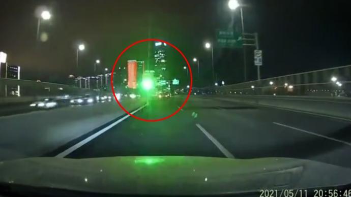 男子称行驶途中被激光笔照射:眼睛出现异物感,已报警