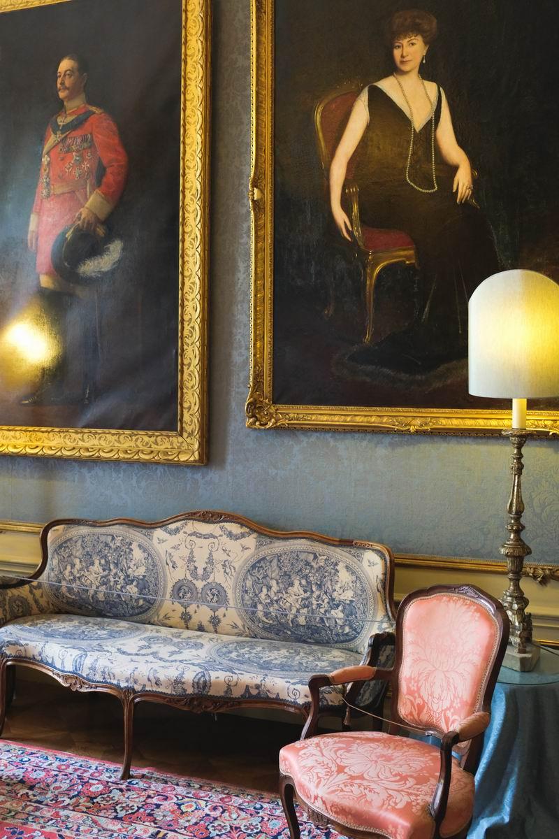 墙角挂有一幅Thora Van Loon (1865-1945) 的画像,她曾是荷兰Wilhelmina女王(1880-1962)的女官。