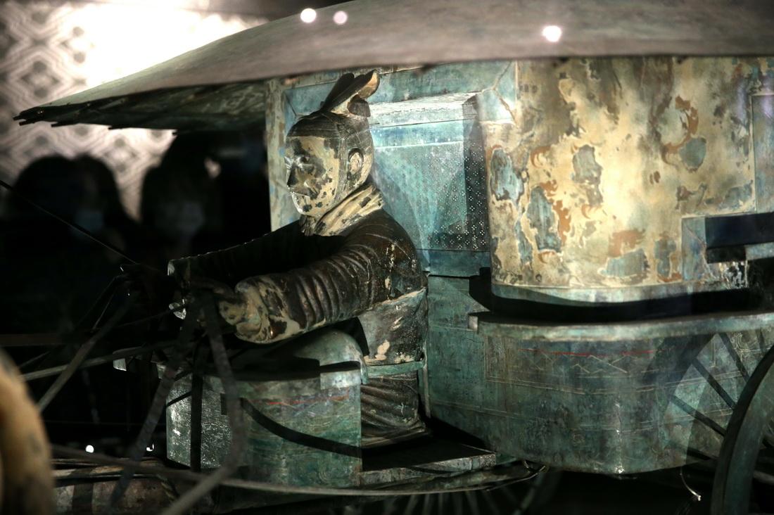 在原馆内展出的铜车马二号车局部。(2020年12年19日拍摄)