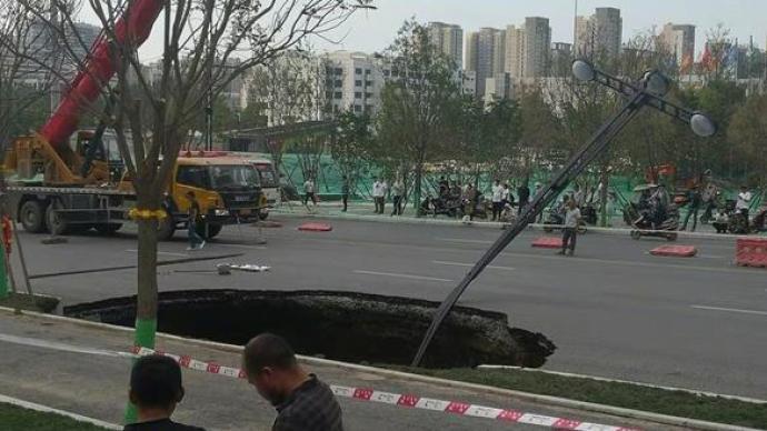 西安雁翔路道路塌陷现场搜救出1人:生命体征不明,已送医