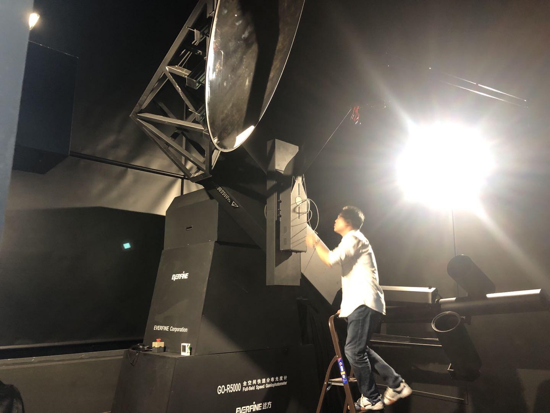 科研人员调试快速分布光度计。本文图片上海市市场监管局供图