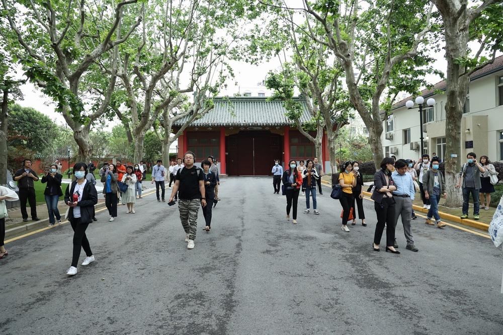观众从交大老校门出发。