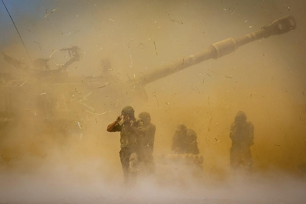 当地时间2021年5月12日,以色列炮兵在边境向加沙地带目标射击。