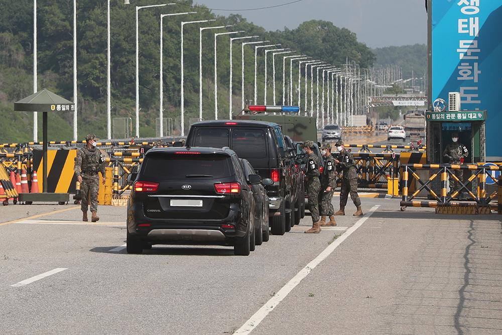 当地时间2021年5月13日上午,正在韩国访问的美国国家情报总监艾薇儿·海恩斯从首尔市内一酒店出发,乘车前往韩朝非军事区(DMZ)进行考察,其间还视察了韩朝边境板门店共同警备区(JSA),最后乘坐直升机返回首尔。