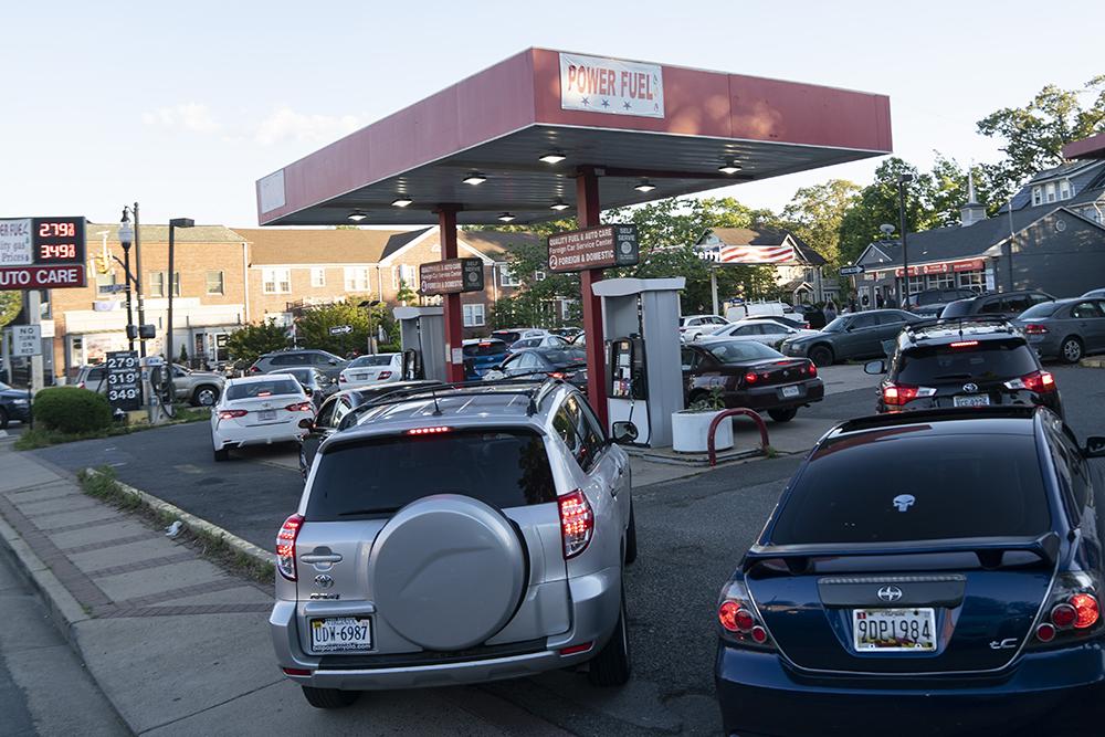 当地时间2021年5月12日,车辆在美国弗吉尼亚州阿灵顿一个加油站排队加油。美国最大燃油运输管道运营商科洛尼尔管道运输公司7日遭黑客攻击,被迫关停供应网络。受此事件影响,美国东海岸多州加油站12日供应短缺,不少民众在加油站排队加油。