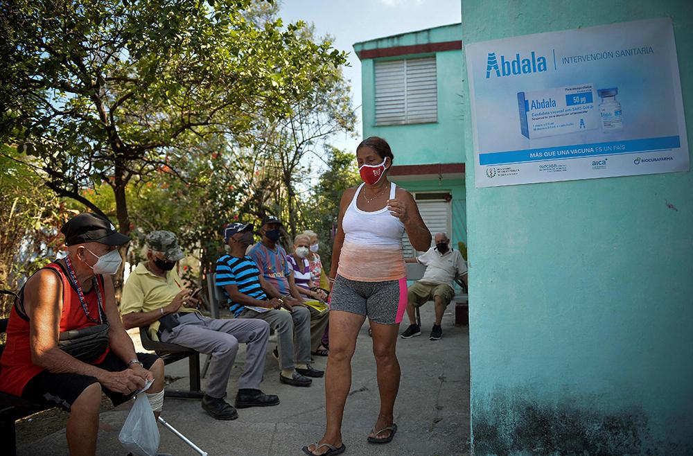 """当地时间2021年5月12日,古巴哈瓦那,老年人等待接种古巴本土新冠疫苗。作为古巴疫情最严重的地区,首都哈瓦那12日启动该国自主研发的候选新冠疫苗""""阿夫达拉""""和""""主权02""""的接种工作。"""
