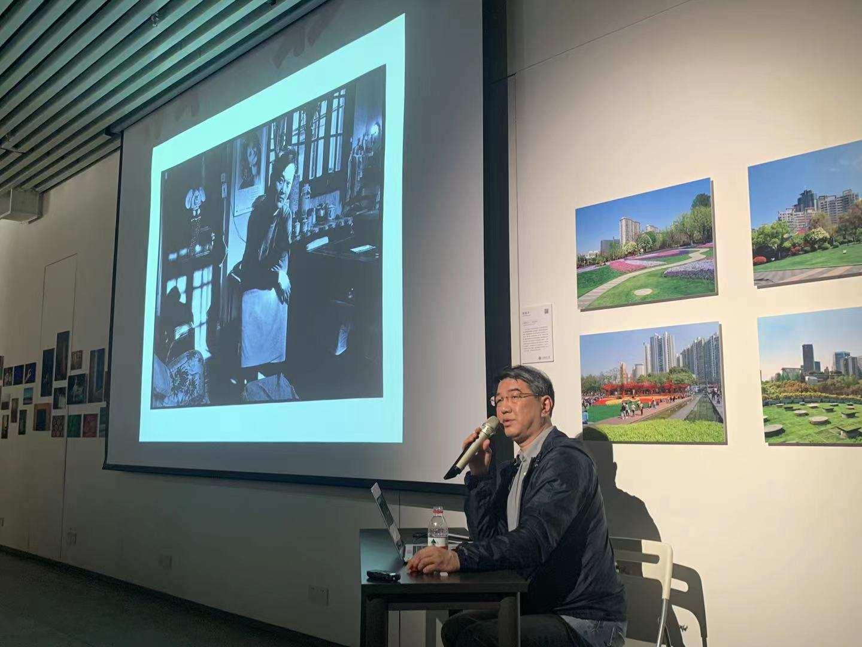 著名摄影评论家、策展人姜纬在讲座现场。刘懿琛 图