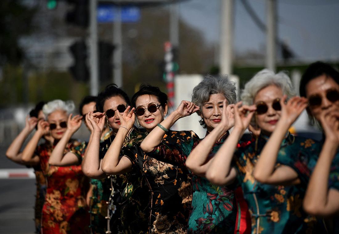 """2021年4月14日,北京,""""时尚奶奶""""穿着旗袍参加电视节目彩排。"""