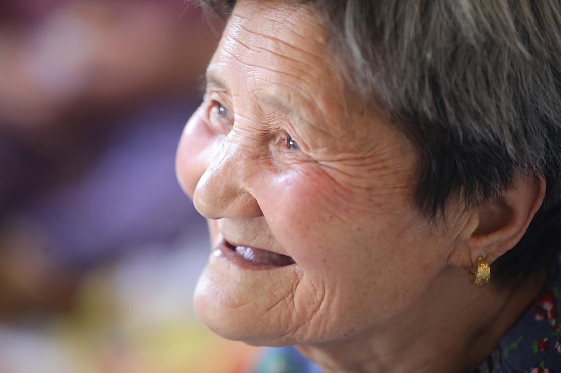 2020年5月28日,西咸新区空港新城太平镇太平堡村 ,80岁的崔淑侠老人在孙子的社区工厂里直播卖杏。