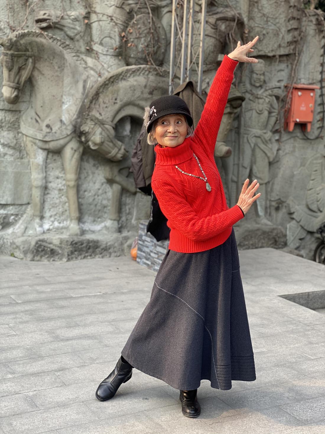 2021年1月26日,成都,郑婆婆在公园跳舞。