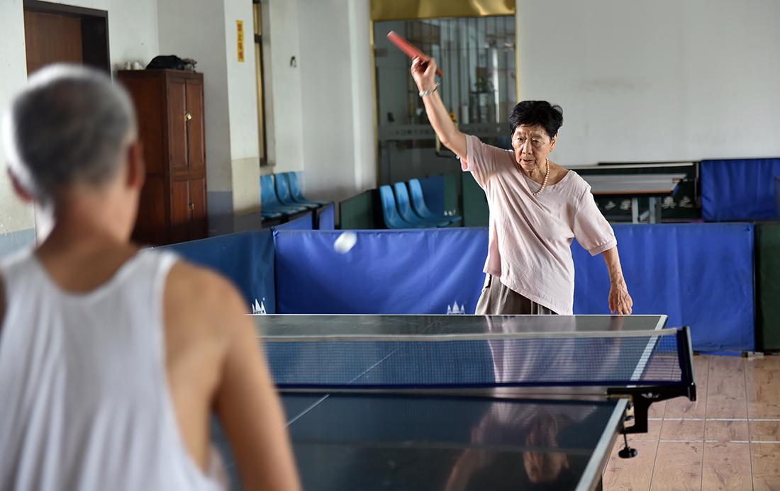 2019年8月11日,在河南洛阳涧西区景华路一乒乓球活动中心,韩奶奶正在打乒乓球。