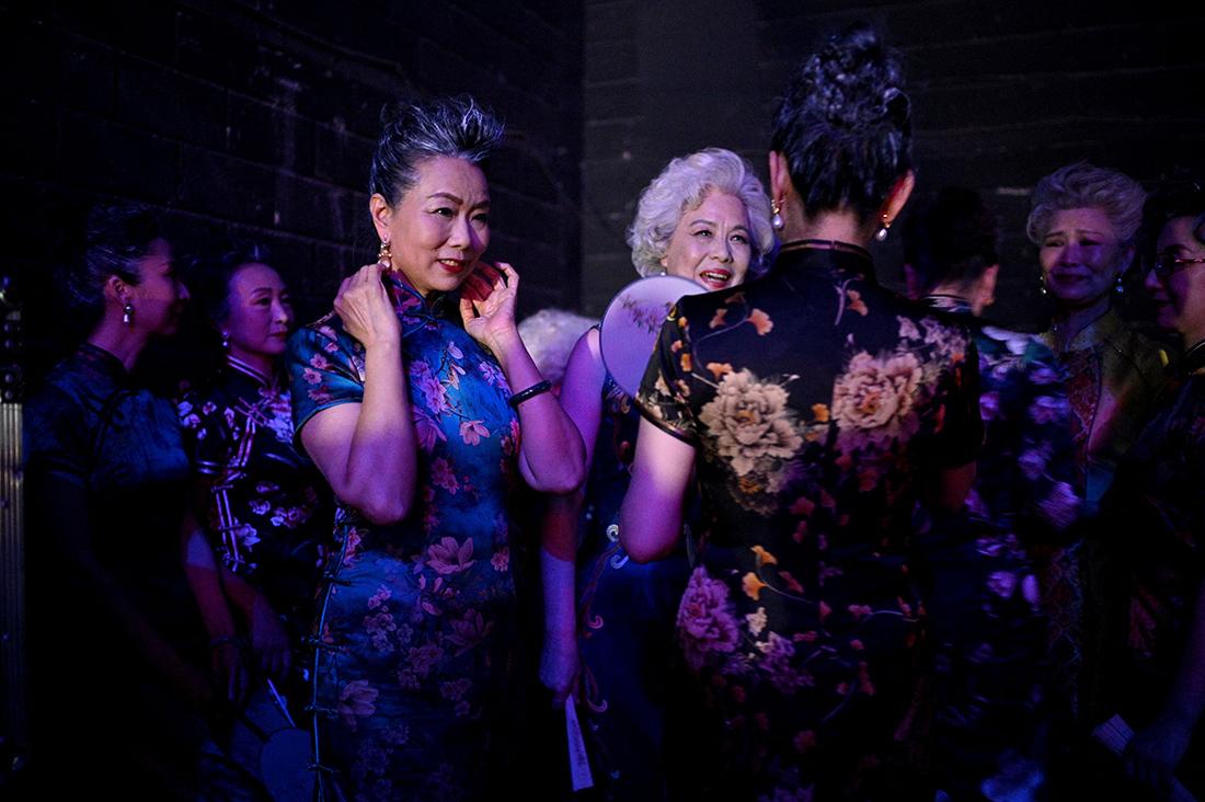 """2021年4月15日,北京,""""时尚奶奶""""在中央电视台《星光大道》节目表演后在后台等待。"""