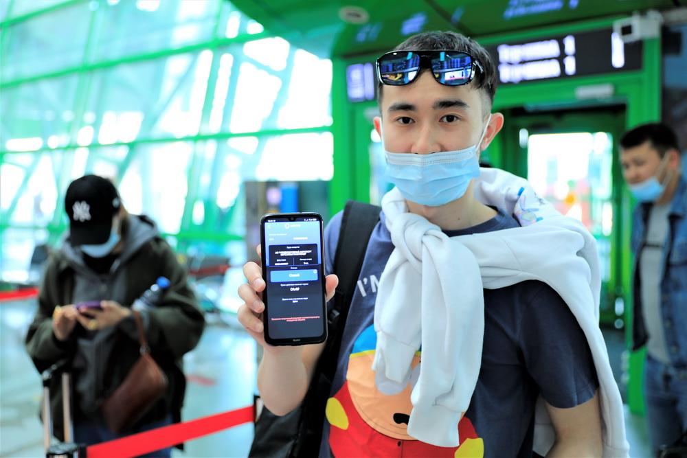 """当地时间2021年5月13日,哈萨克斯坦首都努尔苏丹,在纳扎尔巴耶夫机场,乘客扫描健康码识别健康状况。据哈卫生部当地时间13日消息,名为""""Ashyq""""的健康码程序12日正式在位于努尔苏丹的纳扎尔巴耶夫机场试点使用,乘客需扫码识别健康状况。健康码小程序还将加入""""疫苗护照""""功能,以识别新冠疫苗注射情况。"""