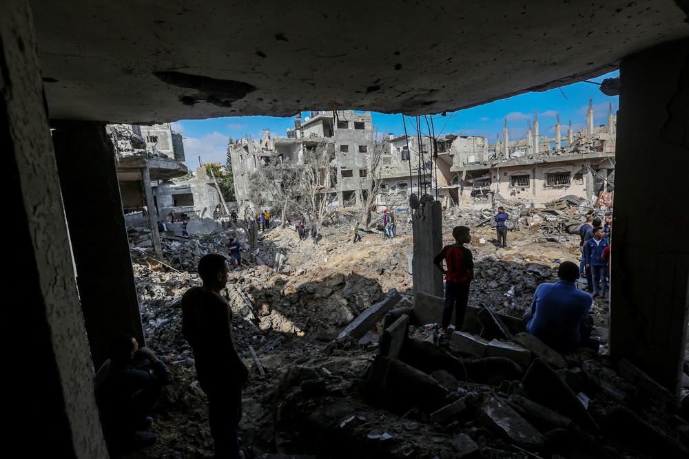 当地时间5月14日,巴勒斯坦人在加沙地带拜特哈嫩查看以军空袭后的建筑。