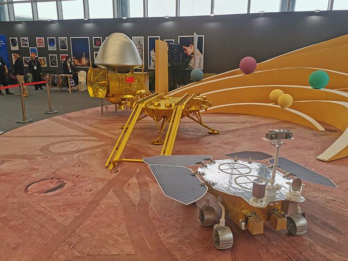 """天问一号探测器的""""祝融""""号火星车。澎湃新闻记者 谢瑞强 图"""
