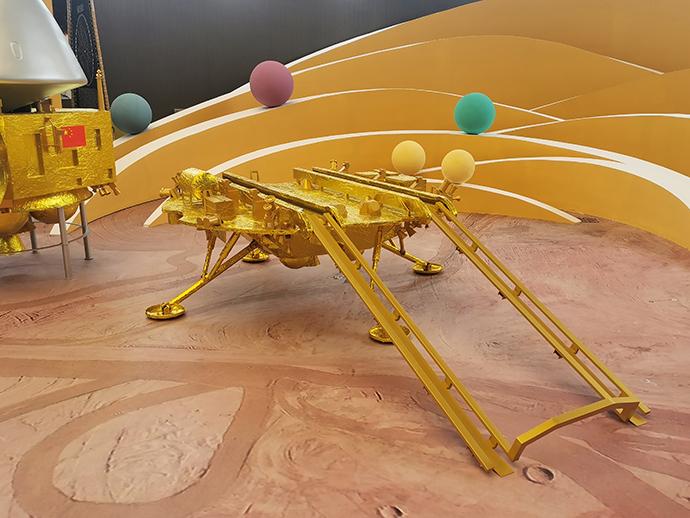 天问一号探测器的着陆器模型。澎湃新闻记者 谢瑞强 图