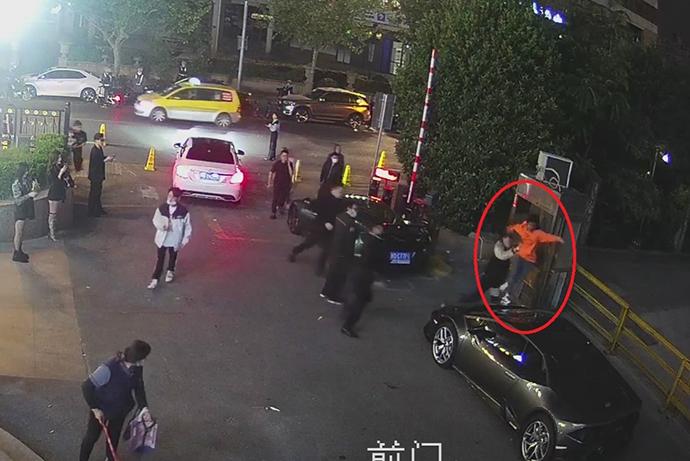 """女子在豪车上""""蹦迪""""现场监控截图 来源:上海普陀公安"""