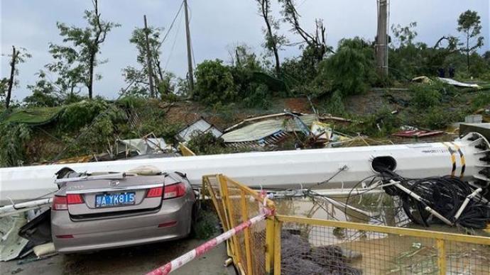 直击武汉龙卷风核心现场:十余吨信号塔被掀倒,宿舍屋顶被掀