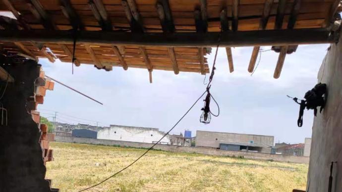 苏州盛泽龙卷风亲历者:一阵黑风暴力刮过,屋顶被掀钢管飞起