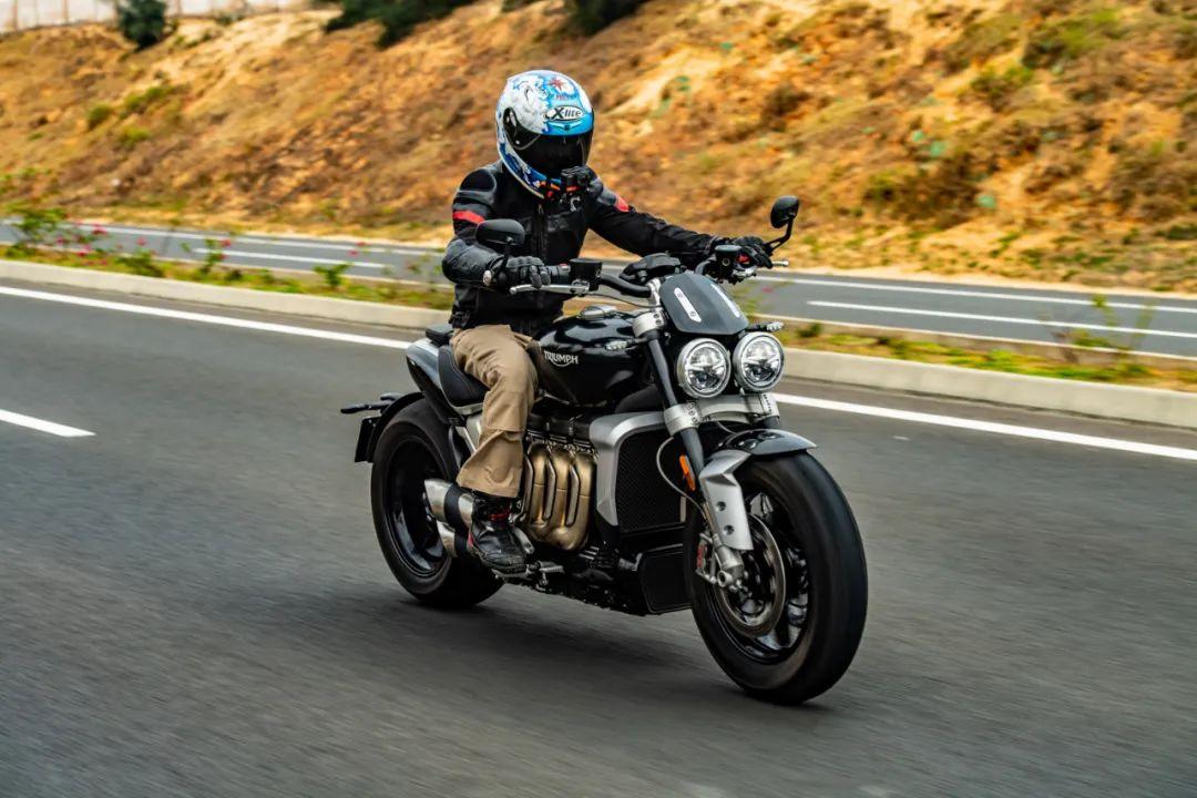 行驶在路面上的摩托车。 受访者 供图