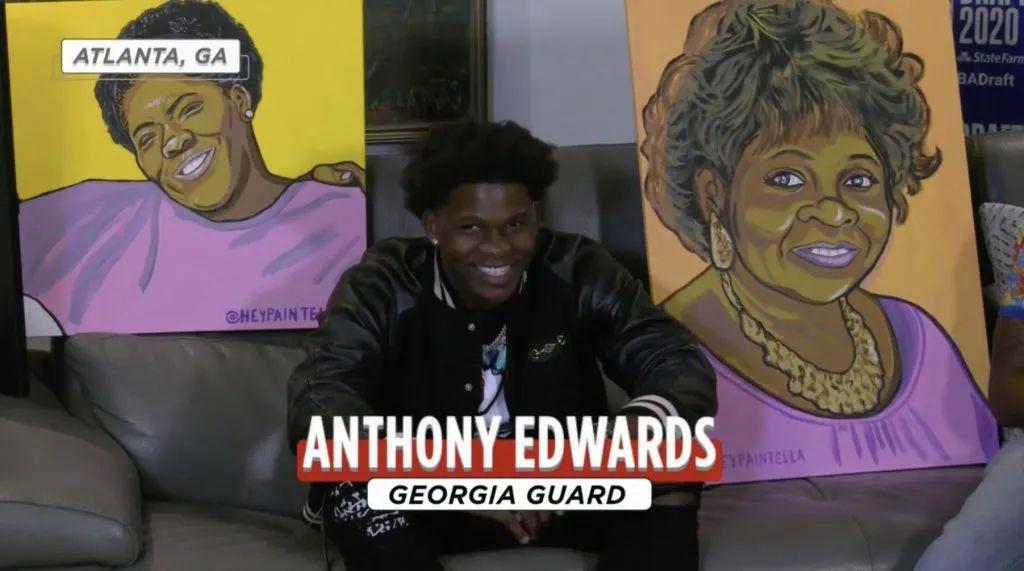 当选NBA状元时,爱德华兹母亲和外婆的画像陪伴在他身边。