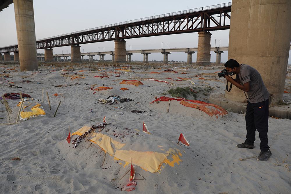 当地时间2021年5月15日,印度普拉耶格拉吉,疑似新冠肺炎患者的尸体被埋在恒河畔一个火葬场附近。