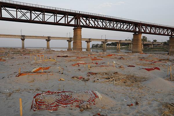 当地时间2021年5月15日,印度普拉耶格拉吉,尸体被埋在恒河岸边。人民视觉 图