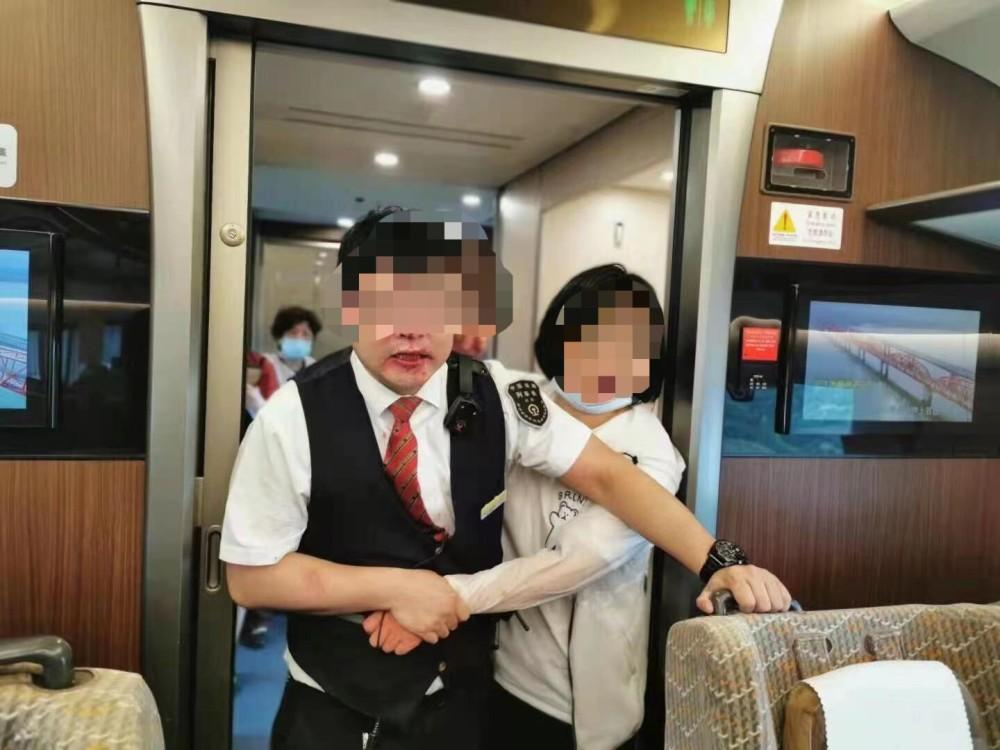 武汉铁路局回应女子殴打列车长:移交警方处理,列车长正