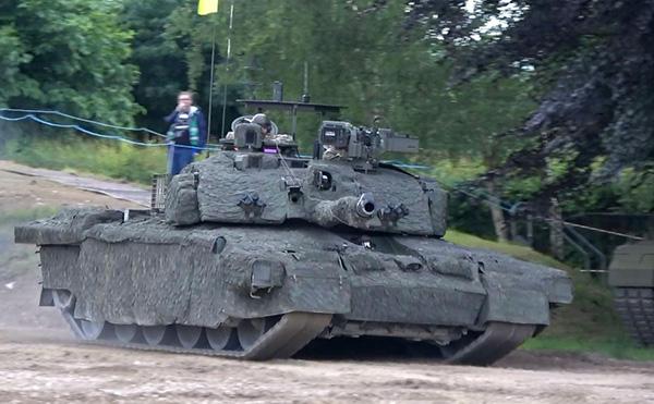 """之前,英国一直执着于线膛炮,但之后不得不向现实低头,为""""挑战者""""2坦克换装滑膛炮。"""